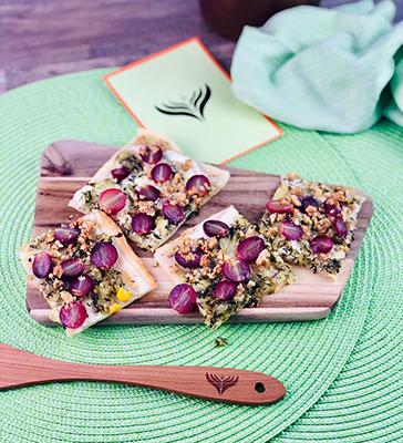 Flammkuchen mit Trauben, Zwiebeln und Thymian 2 mini