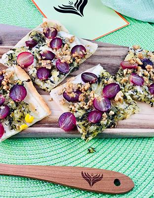 Flammkuchen mit Trauben, Zwiebeln und Thymian 3 mini