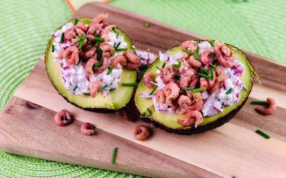 Gefüllte Avocados mit Hüttenkäsecreme und Krabben 5 beitragsbild