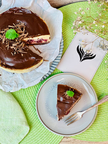 Käsekuchen- mit-Kirschen-und-Schokolade-Rezept-4