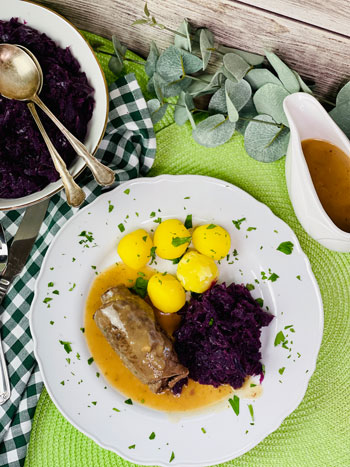 Rouladen-mit-Kartoffeln-und-Rotkohl-Rezept-3